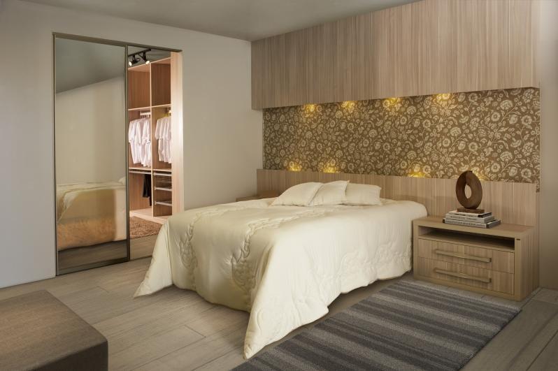 Dormit rio com closet integrado separado por portas em for Imagenes de roperos para dormitorios